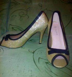 Золотистые туфли новые