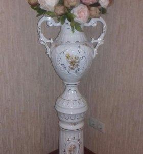 Фарфоровая колонна с вазоном и винтажными цветами