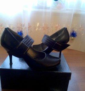 Туфли женские 35 размера .