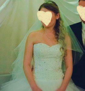 Свадебное платье со стразами.