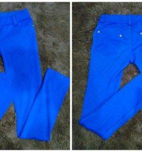 Синие брюки на стройную девушку