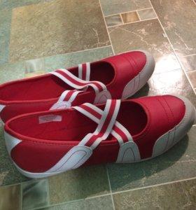 Новые спортивные туфли