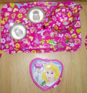 Сервиз,шкатулка сердце и 2 игрушки из киндера.