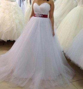Прекрасное платье с красной лентой.