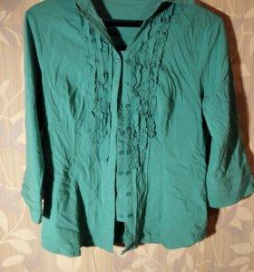 Блуза цвета бирюзы с рюшками.