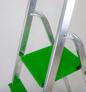 Стремянка алюминиевая с лотком зеленого цвета