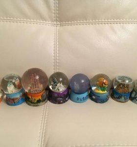 Коллекция стеклянных шаров со снегом