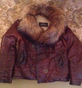 Кожаная куртка с мехом лисы, утепленная подкладка.