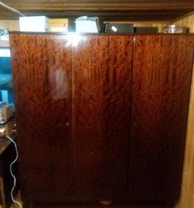 шкаф с полками и сместом для вешалак