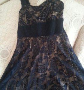 Синее гипюровае платье с бежевой подкладкой