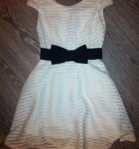 Платье белое с черным бантом