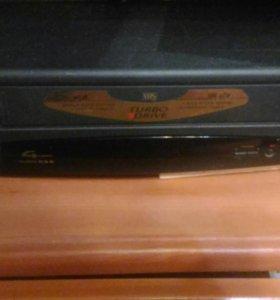 Видеомагнитофон  лежит пылится