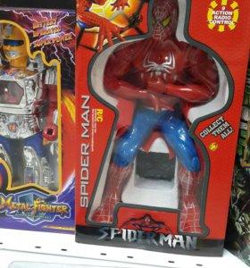 Человек паук на пульте