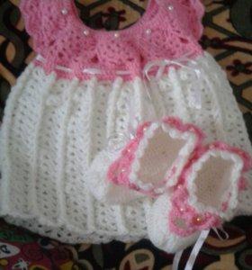 очень красивая вязанная платья +пинетки комлект