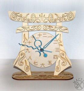 Японские часы на воротах Тории