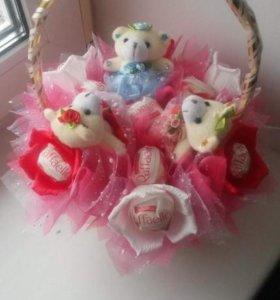 Корзиночка с игрушками и конфетами.