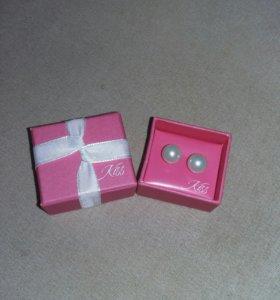 Серьги в подарочной коробке. Около 150-200 шт.
