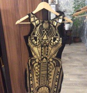 Мини-платье с золотыми узорами