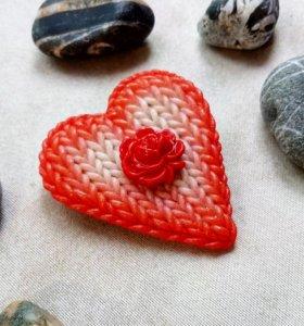 Брошка из полимерной глины в виде вязаного сердца
