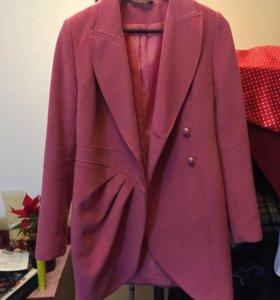 Пальто розового цвета. Сидит по фигуре