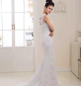 Кружевное прямое свадебное платье со шлейфом