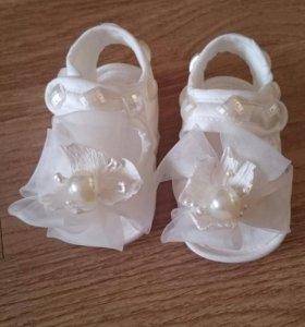 Пинетки-босоножки для новорожденной