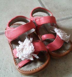 много обуви для малышки