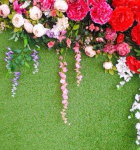 Фотозона с травой и цветами / фотостена