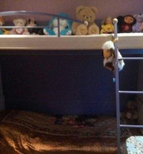 Двухъярусная кровать с двумя матрацами