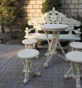Круглый стол и пуфики