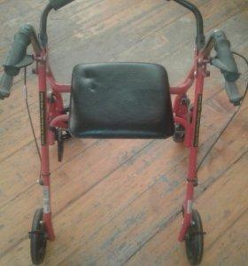 Инвалидное кресло. И ходунки на колёсиках.