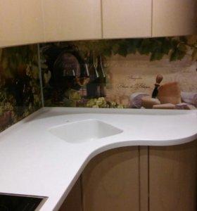 Кухня с фотопечатью и каменной столешницей