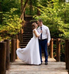Жена продает свадебное платье.