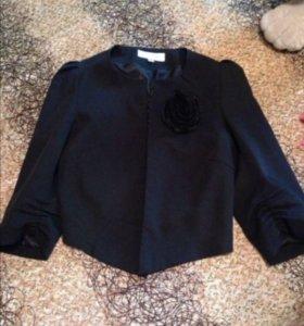 Черный пиджак с брошью