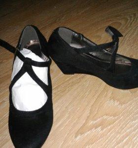 Новые туфли на танкетке
