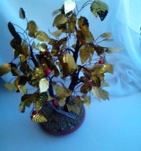 Дерево золотыми листьями