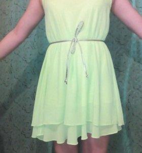 Красивое салатового цвета платье