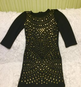 Платье черное с золотыми блестками.