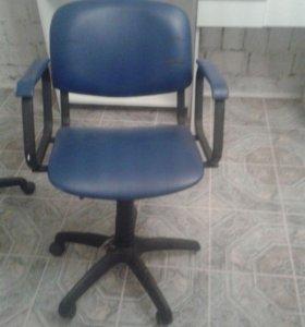 2 парикмахерских кресла,в хор.состоянии ,черные