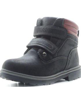 Новые детские ботинки на мальчика