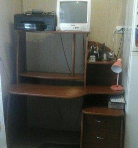 Компьютерный стол с надстройкой.