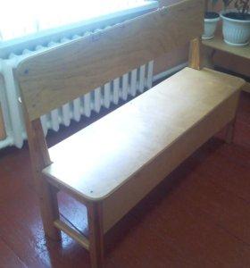 Удобные скамейки, покрыты лаком
