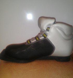 Ботинки лыжные ( новые, 37 размер).