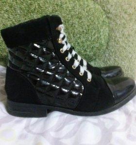 Замшево-лакерованные ботинки.