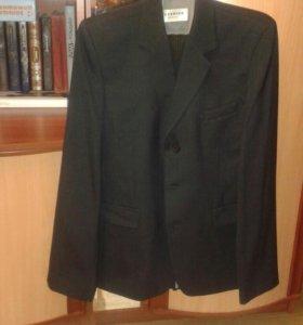 Костюм (2 пары брюк, пиджак) в отличном состоянии