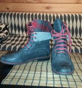 Женские спортивные ботинки.