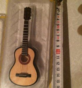 Мини модель музыкального инструмента ( гитара )