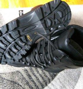 Ботинки зимние новые.