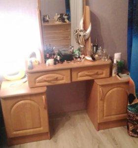 Туалетной стол с зеркалом