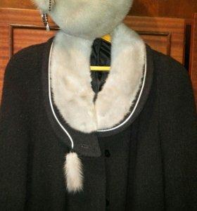 Пальто зимнее женское в комплекте с шапкой.